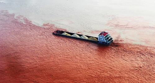 Корабль проплывает в месте соединения Янцзы и Цзялин. Именно тут река меняет цвет.