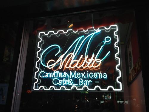 メキシコ料理屋さんのネオンサイン。