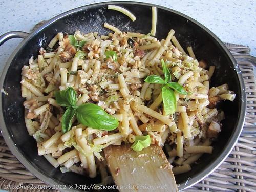 ©Deftige Wirsing-Nudel-Pfanne mit Tofu und Walnüssen