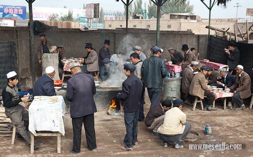 Lloc de menjar de fideus al mercat de Kashgar Uigur estirant la massa per preparar els fideus