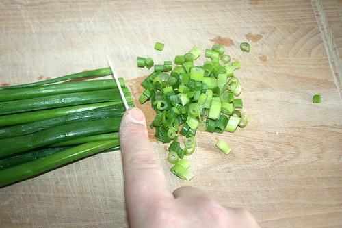 34 - Rest Frühlingszwiebeln schneiden / Cut remaining spring onions