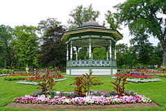 NS-02354 - Bandstand and Geometric Beds