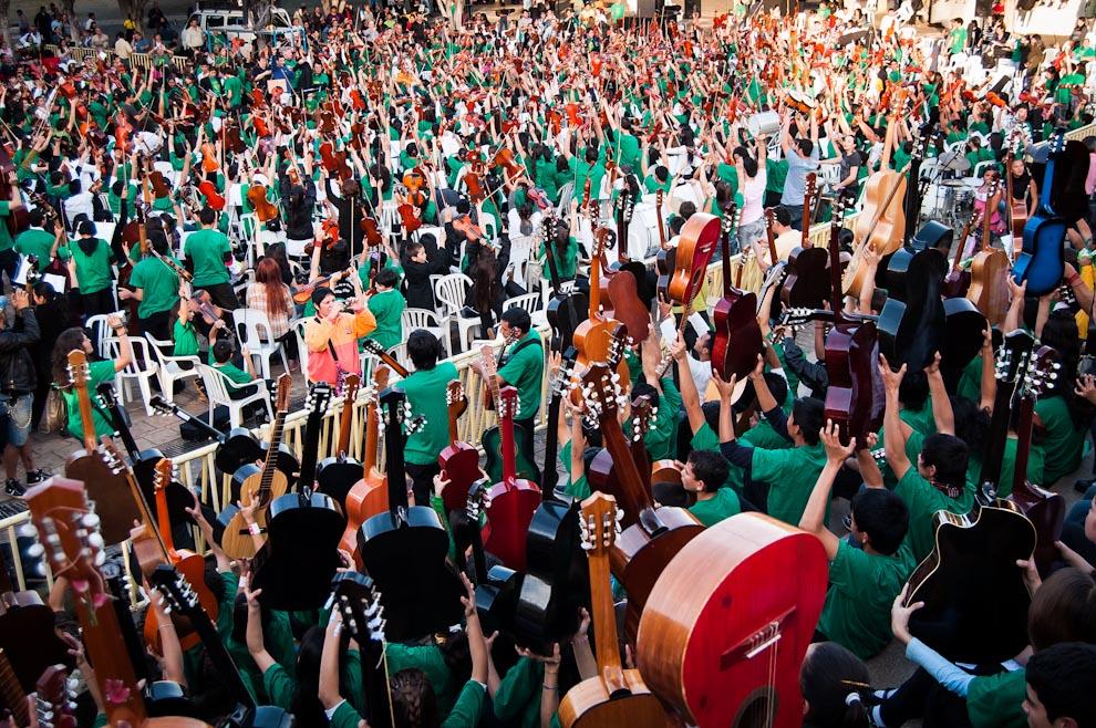 Durante los últimos ensayos, niños y jóvenes levantaban sus instrumentos, horas antes del inicio del concierto. (Elton Núñez)