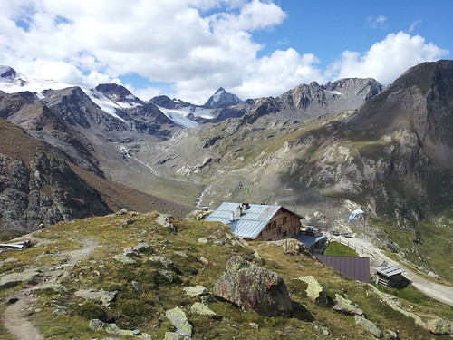 Die Marteller Hütte und die Ortlergruppe mit der Königsspitze im Hintergrund