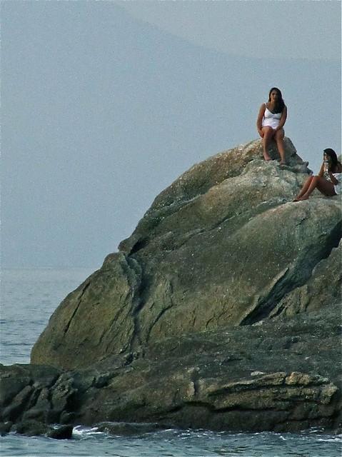 Dos chicas en una roca