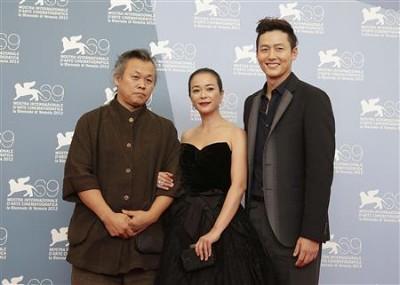 O realizador Kim Ki-duk com os actores Lee Jung-jin e Jo Min-soo