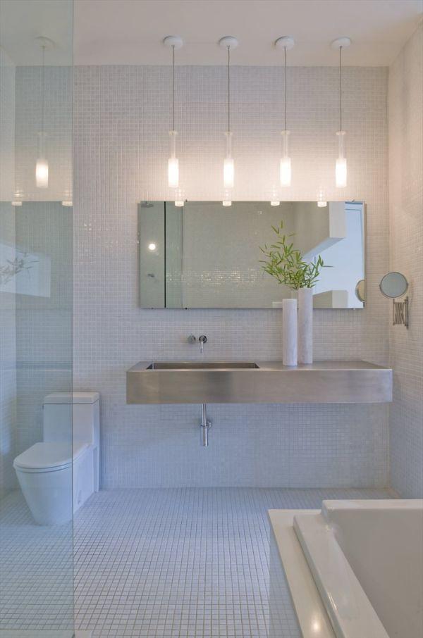 Iluminacion De Baños Modernos:todo blanco, ideal para baños pequeños o con poca iluminación