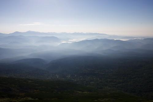 霞かかる山並み