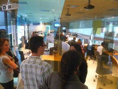 Grupo de visitantes entrando no prédio que abriga a sala de controle do ATLAS.