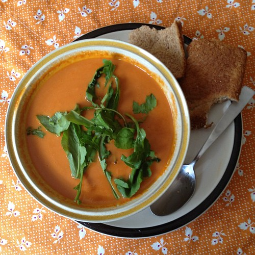 Roasted Pepper & Tomato Soup with Arugala #vegan #lunchtime