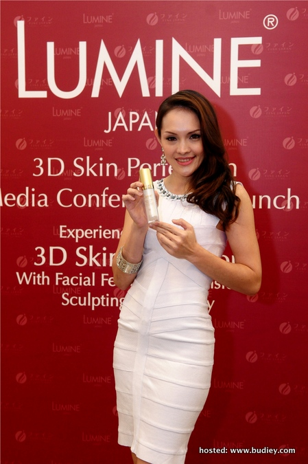 Model with Lumine 3D Skin Perfection Skincare Product (4)