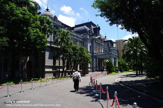 剛剛通過安檢的我們與前一位先生,正往台北賓館走去。