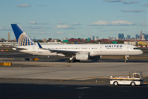 United Airlines Boeing 757-200 N12116