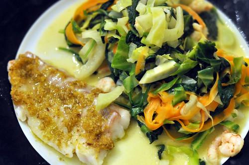Torsk med spidskål, spinat, fennikel, gulerødder og rejer