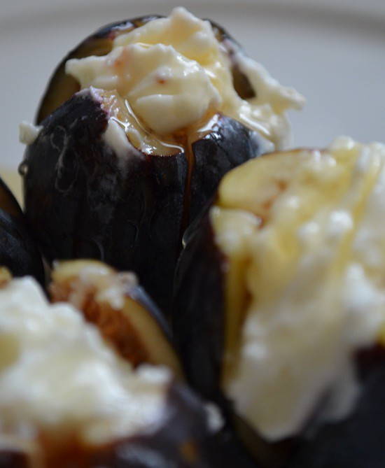 figs with cream vertical