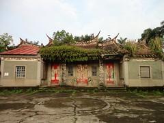 劉氏宗祠最早建於1879年,其原址是位在十四張林厝附近的崙仔頂上 ,然而在1924年時,也被大水所沖毀,後於1937年時,店仔街附 近重建。