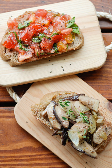 bruschettas with tomato and wild mushrooms/krõbesaiad tomati ja puravikega