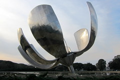 Buenos Aires - Recoleta: Plaza de las Naciones Unidas - Floralis Genérica