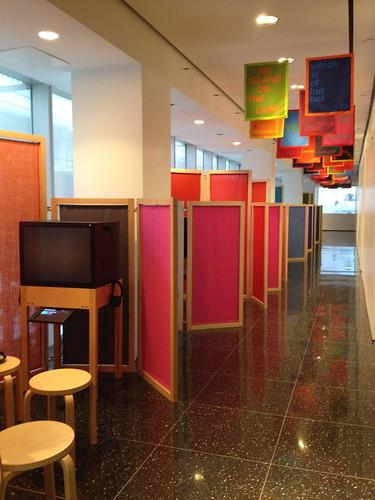 MoMAのカラフルなパーティション。