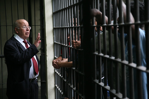 Governo de SP deve explicar porque ainda mantém presos em delegacias