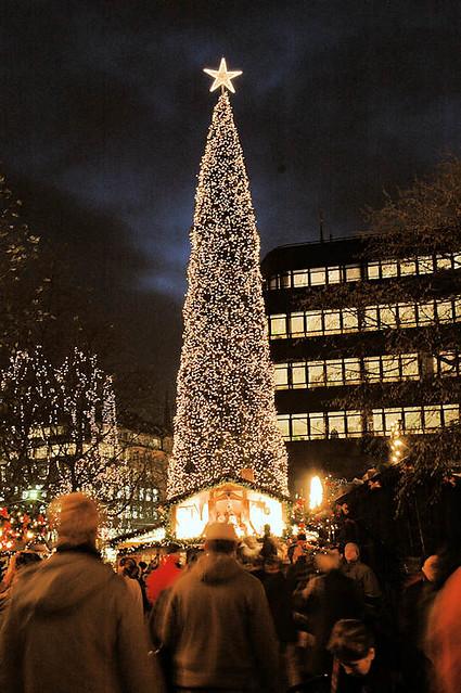 0450 weihnachtsmarkt in hamburg spitaler strasse mit lichterketten geschm ckter weihnachtsbaum. Black Bedroom Furniture Sets. Home Design Ideas