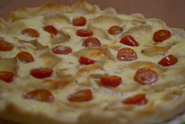 Quiche de cebolla caramelizada, queso de cabra y tomates cherry