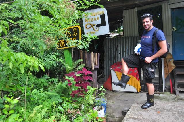 """Hay lugares (sobretodo en sudamérica y zonas húmedas o de selva) como en éste caso en Costa Rica donde es imprescindible botas o calzado cerrado para evitar picaduras de serpiente. Precauciones y tips en viajes a países y zonas """"culturalmente diferentes"""" - 7950183512 8234028435 z - Precauciones y tips en viajes a países y zonas """"culturalmente diferentes"""""""