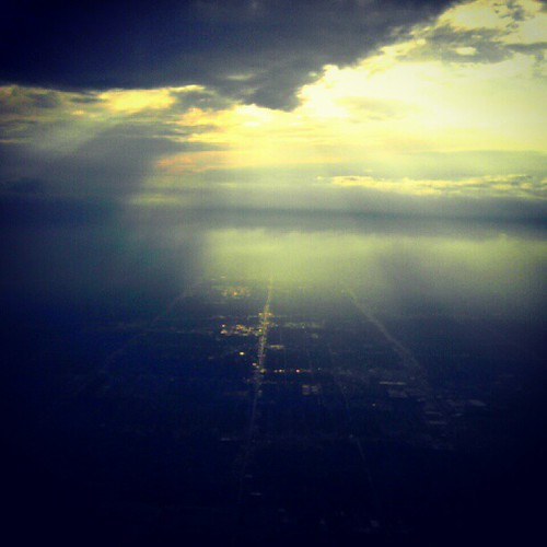 sunset square airplane flying squareformat fromtheair crepuscularrays windowseat detroitmichigan deltaairlines fromwhereisit instagram xproii uploaded:by=instagram foursquare:venue=4700946bf964a520344b1fe3