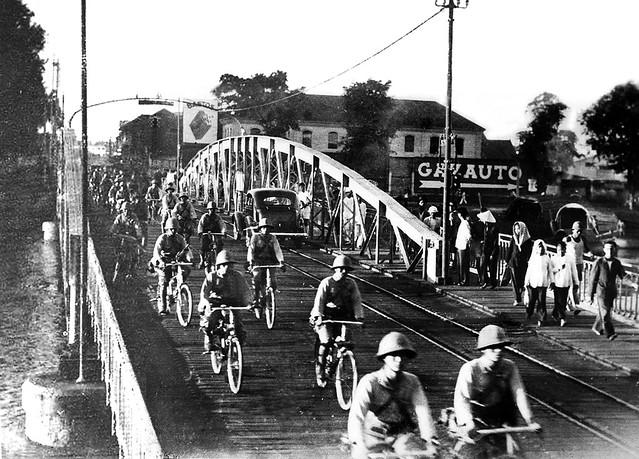 1941 Japanese troops take Saigon - Quân Nhật tiến vào Saigon qua cầu Khánh Hội (ngày 1-8-1941)