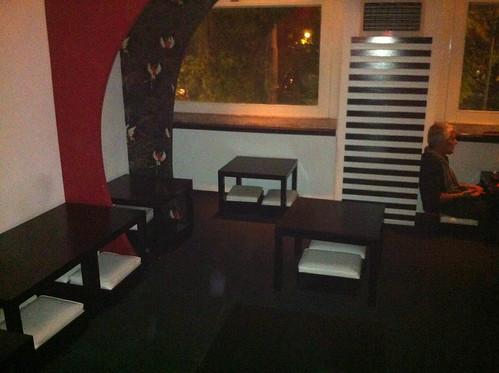 Restaurante de cocina tradicional japonesa, zona de comer/cenar en el suelo