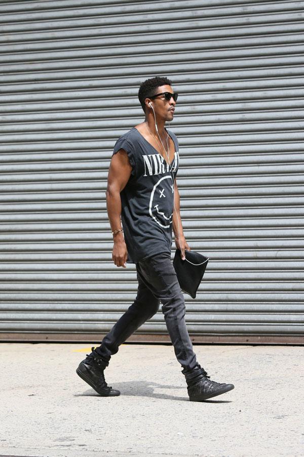 NIRVANA黒Tシャツ×ブラックジーンズ×黒ハイカットスニーカー