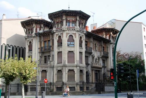 Edificio situado en la la calle Francisco Bergamín, esquina con la Avenida de Roncesvalles, obra de Víctor Eúsa