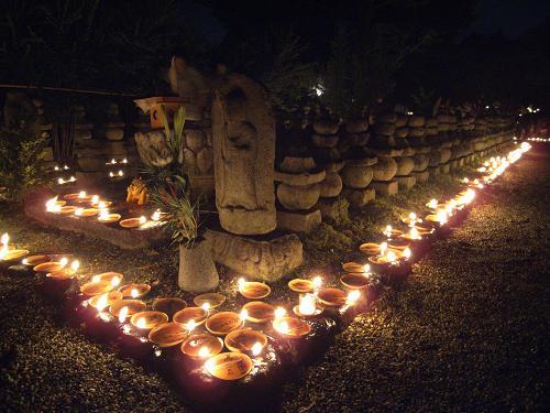 石塔・石仏を幻想的な灯りが包む『元興寺地蔵会』@奈良町