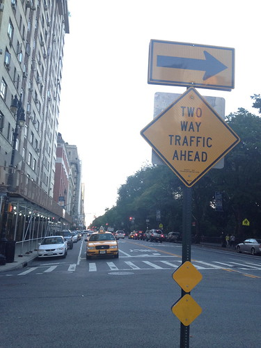 標識とタクシーの黄色が調和している。