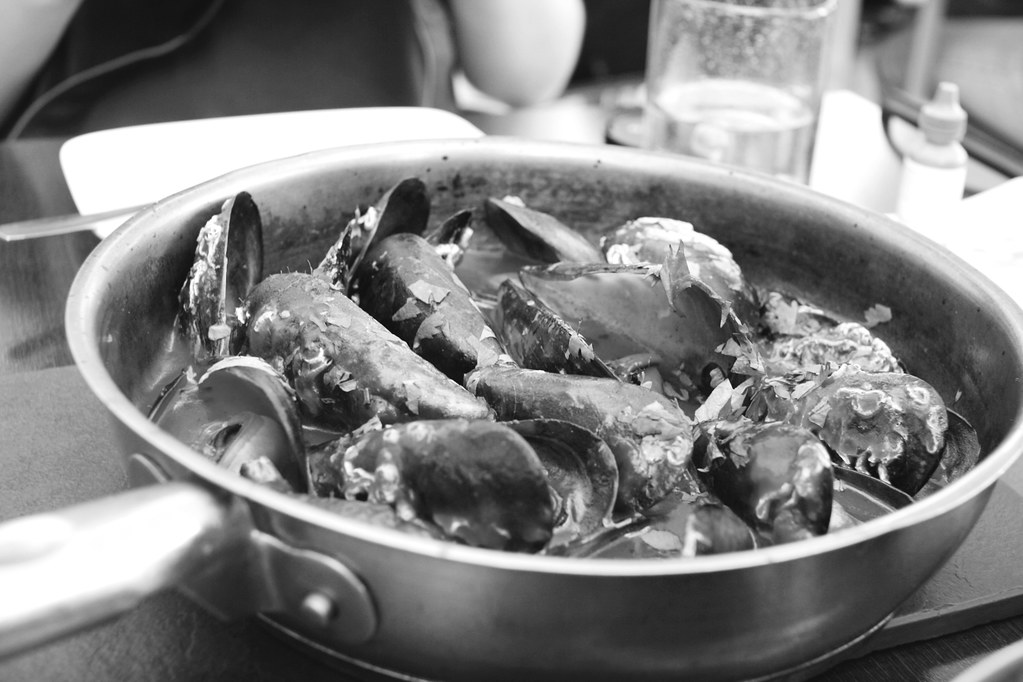 mussels in B&W