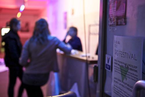 Gespräch mit einer Künstlerin im Foyer