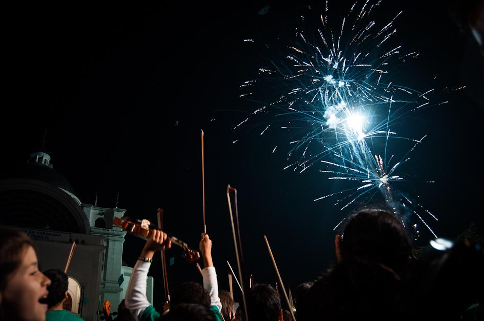 """Fuegos artificiales fueron lanzados al culminar el megaconcierto en la ciudad de Caacupé el sábado 21 de Julio, concierto que congregó a más de 2.000 músicos de todo el país, todos alumnos del proyecto """"Sonidos de la Tierra"""" durante sus 10 años de existencia. (Elton Núñez)"""