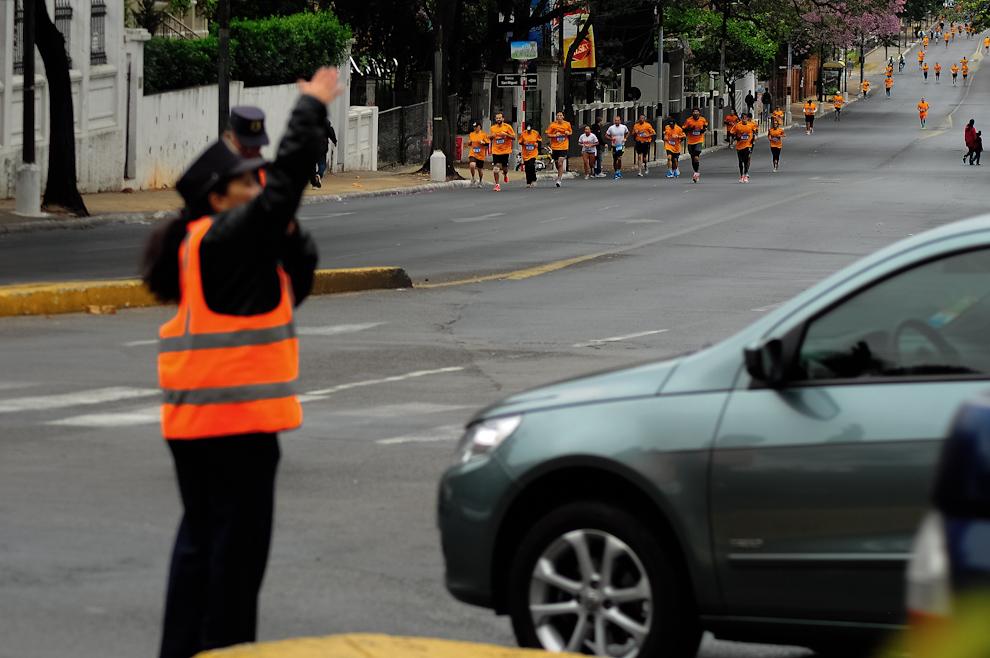 Oficiales de la Municipalidad de Asunción colaboran con el ordenamiento del tránsito durante la Maratón Internacional de Asunción, gracias al trabajo de los agentes municipales y de la policía nacional, las avenidas donde se llevó a cabo el circuito estuvieron despejadas todo el tiempo que tomó el evento. (Elton Núñez)