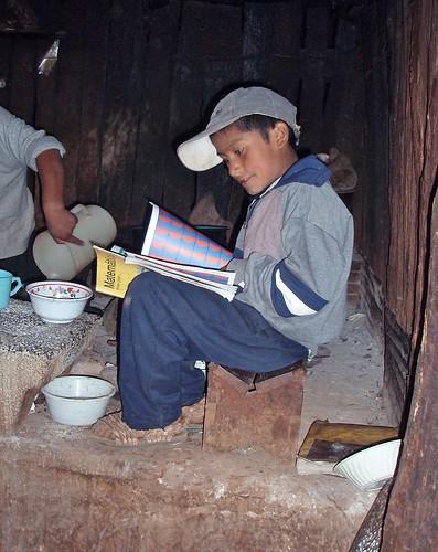 Gilberto estudiando por la fogata, el único niño que queda en Monte Negro - Gilberto studying by the fire, the only child left in Monte Negro (entre Santiago Tilantongo y San Miguel Achiutla, Región Mixteca), Oaxaca, Mexico