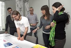 Carles Gómez, observant els dissenys premiats a l'estudi que n'ha traslladat l'aplicació a les ampolles de Font Vella. Foto: Font Vella.