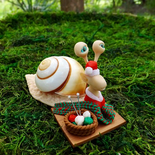 Santa's knitting elf snail