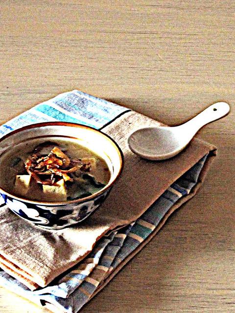 Zuppa di Miso con Tofu alle Erbe e Cipolle Croccanti