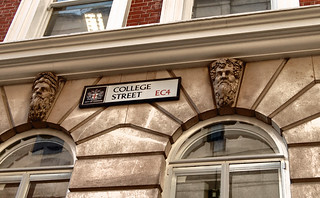 Dyers' Hall 的形象. city london sign architecture hall streetsign collegestreet guild greenman lintel cityoflondon ec4 livery dyers liverycompany gradeiilisted dyershall dowgatehill liveryhall worshipfulcompanyofdyers