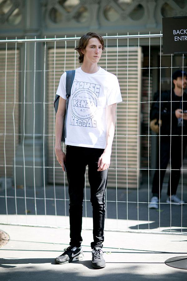 KENZO白Tシャツ×黒パンツ×Nikeエアマックス黒
