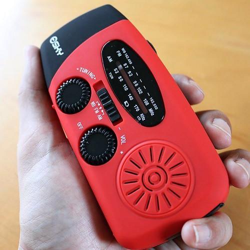 ソーラーパワーと手回し式で充電できるラジオ。あと、懐中電灯にもなる。