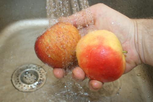 28 - Äpfel waschen / Clean apples