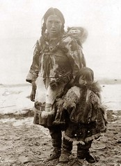 Inuit_mother_with_children_1900