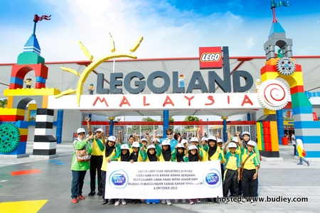Children in front of Legoland
