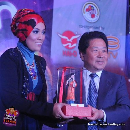 Shila Amzah receive momento from Ambassador of People Republic of China in Malaysia, Mr Chai Xi