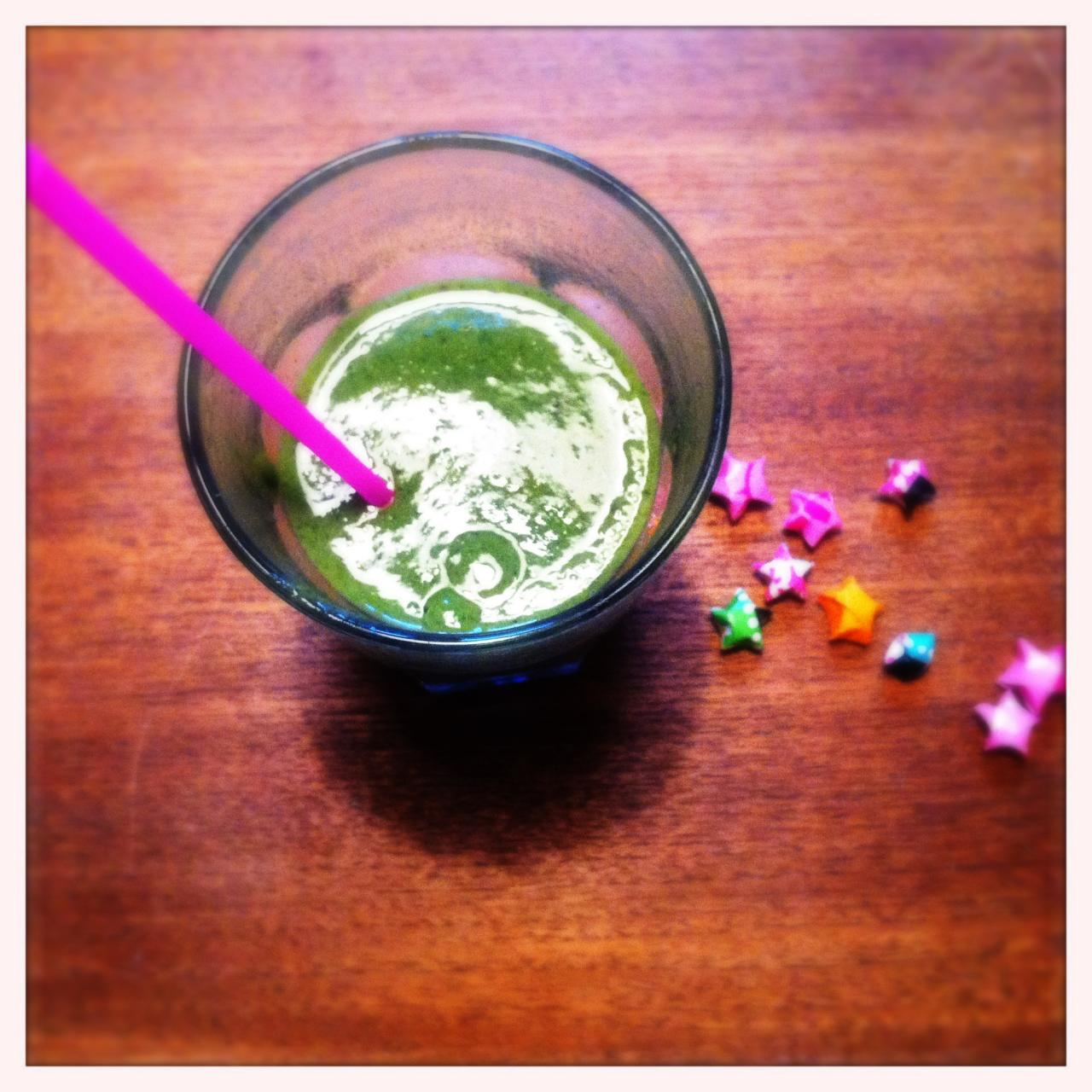 Green power smoothie with flat-leaf parsley and dates